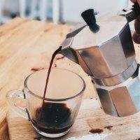 Příprava kávy v moka konvičce, ikonickém kávovaru z Itálie