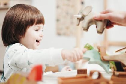 dítě si hraje
