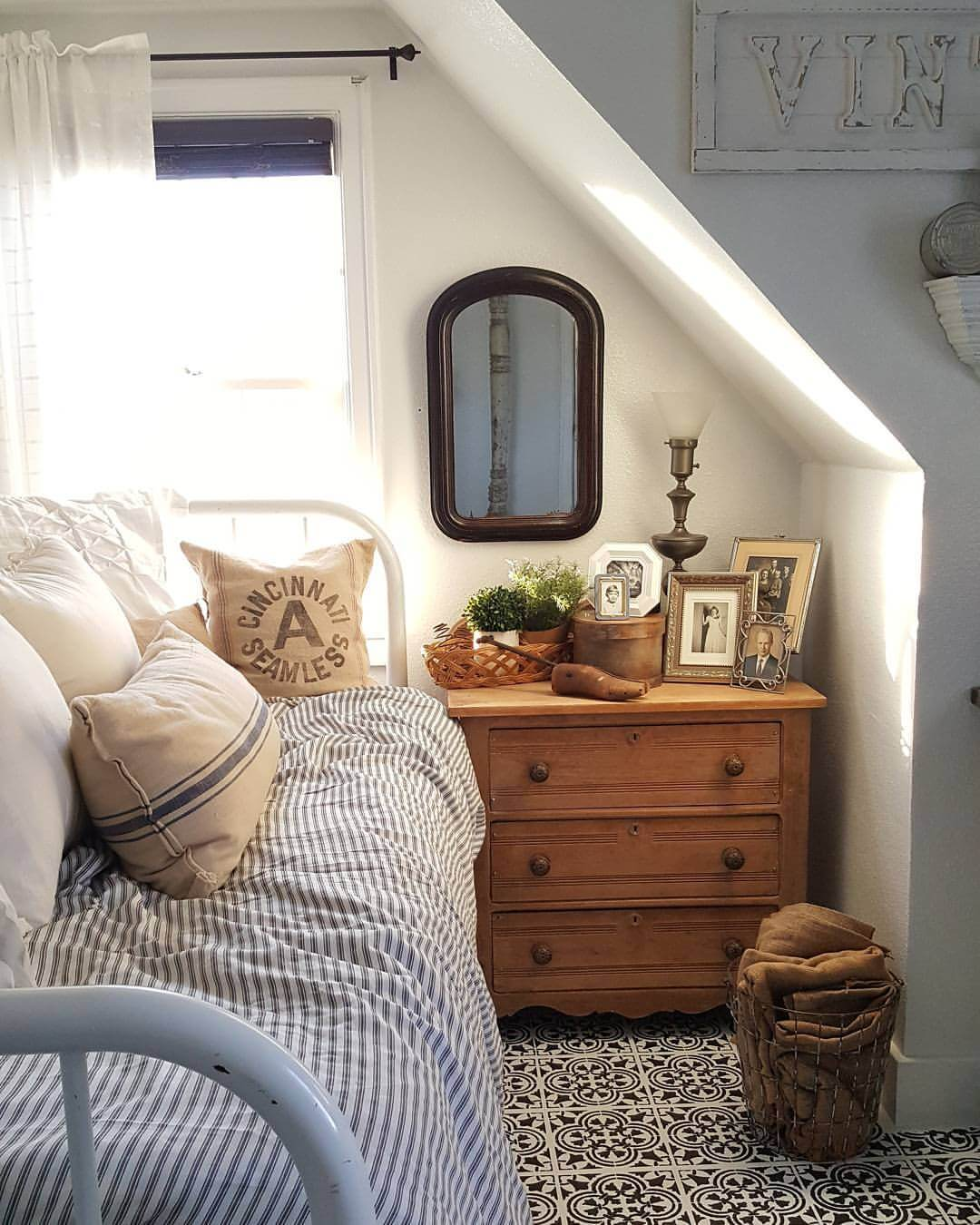 37 Best Small Bedroom Ideas and Designs for 2020 on Small Room Decoration  id=19665