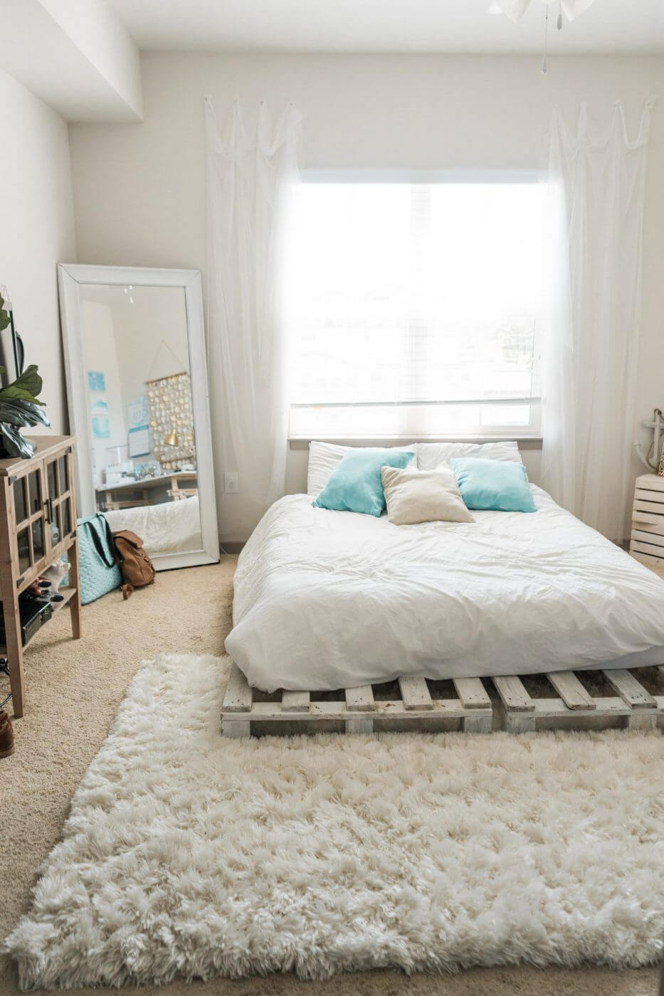 Chic and Eclectic Whitewashed Wood Pallet Bed