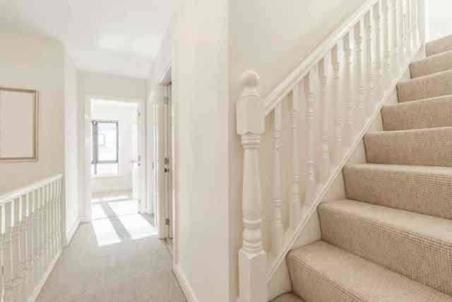 Bir evde merdivenli parlak küçük koridor