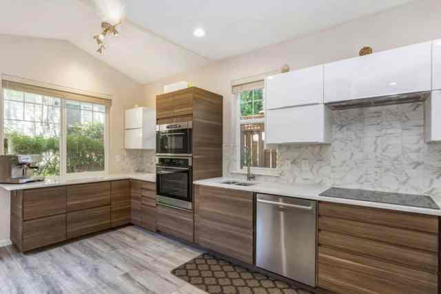 Ahşap lamine panelli modern mutfak ve beyaz panelli dolaplar asılı beyaz tezgah