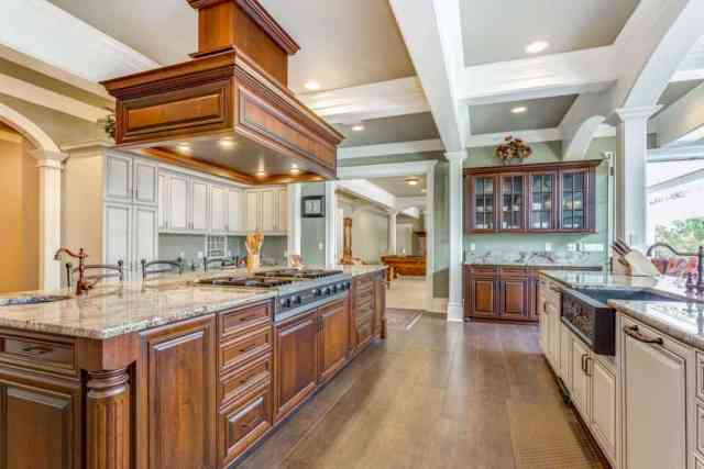 Büyük bar tarzı ada ve süslü tavana sahip çarpıcı mutfak odası tasarımı