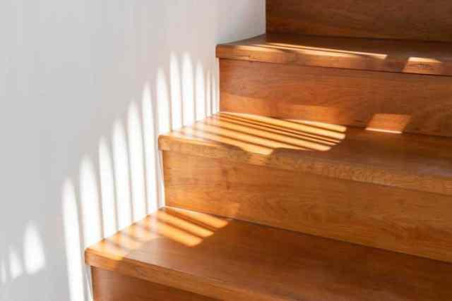 Ahşap merdiven basamaklarında ışık ve gölge