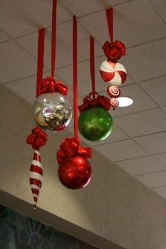 Easy DIY Office Christmas Decoration Ideas 16
