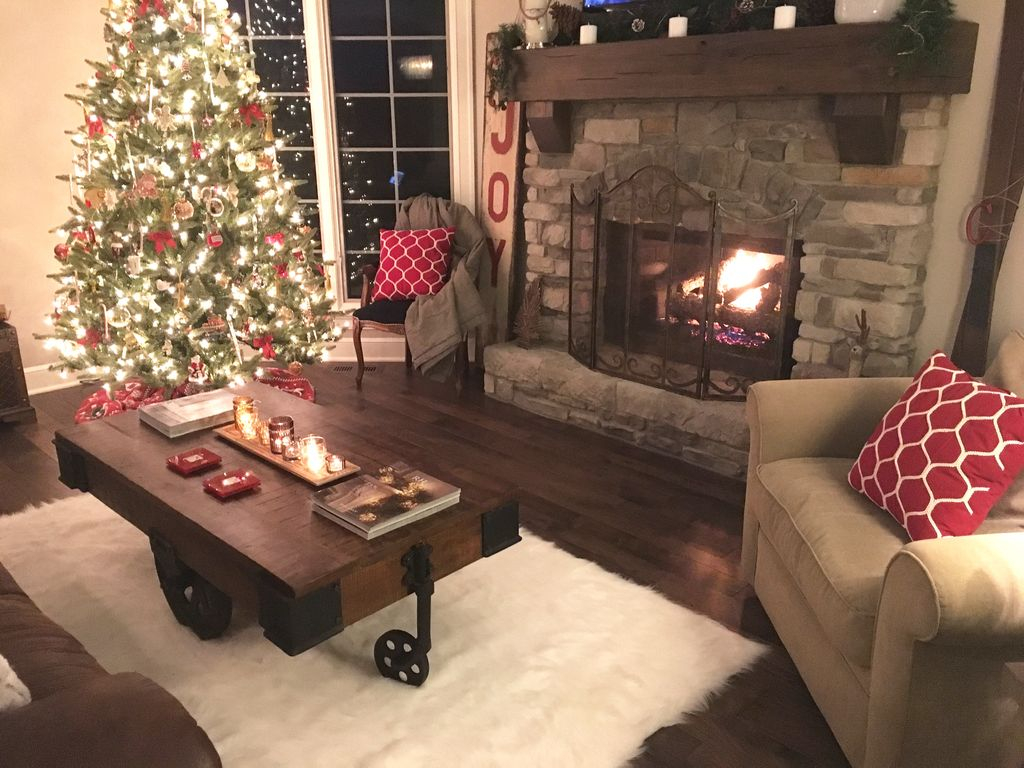 Inspiring Rustic Christmas Fireplace Ideas To Makes Your Home Warmer 25