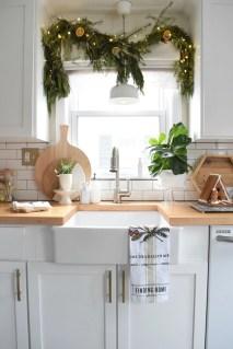 Adorable Rustic Christmas Kitchen Decoration Ideas 33