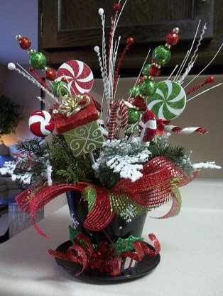 Easy And Simple Christmas Table Centerpieces Ideas For Your Dining Room 39
