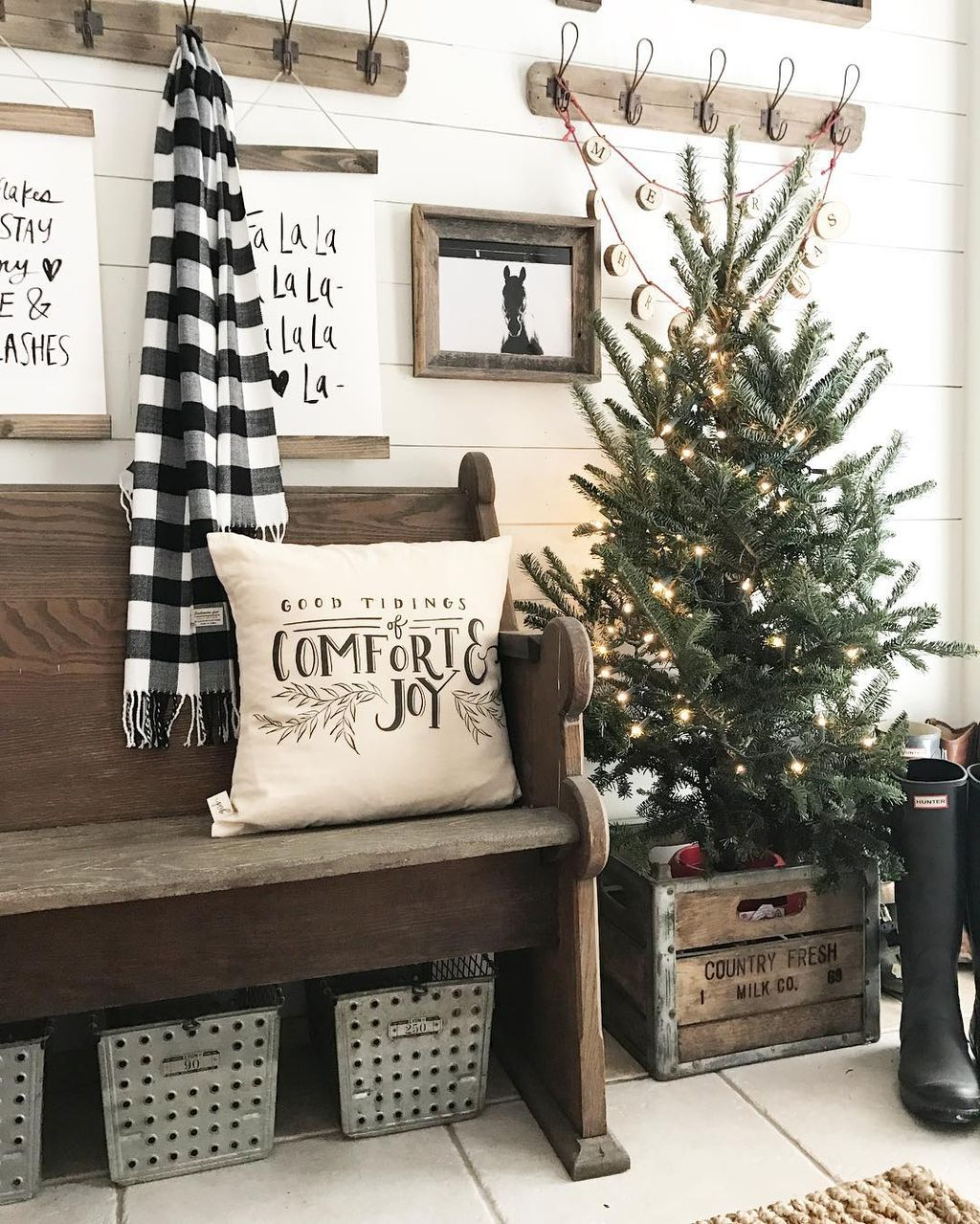 Incredible Rustic Farmhouse Christmas Decoration Ideas 65