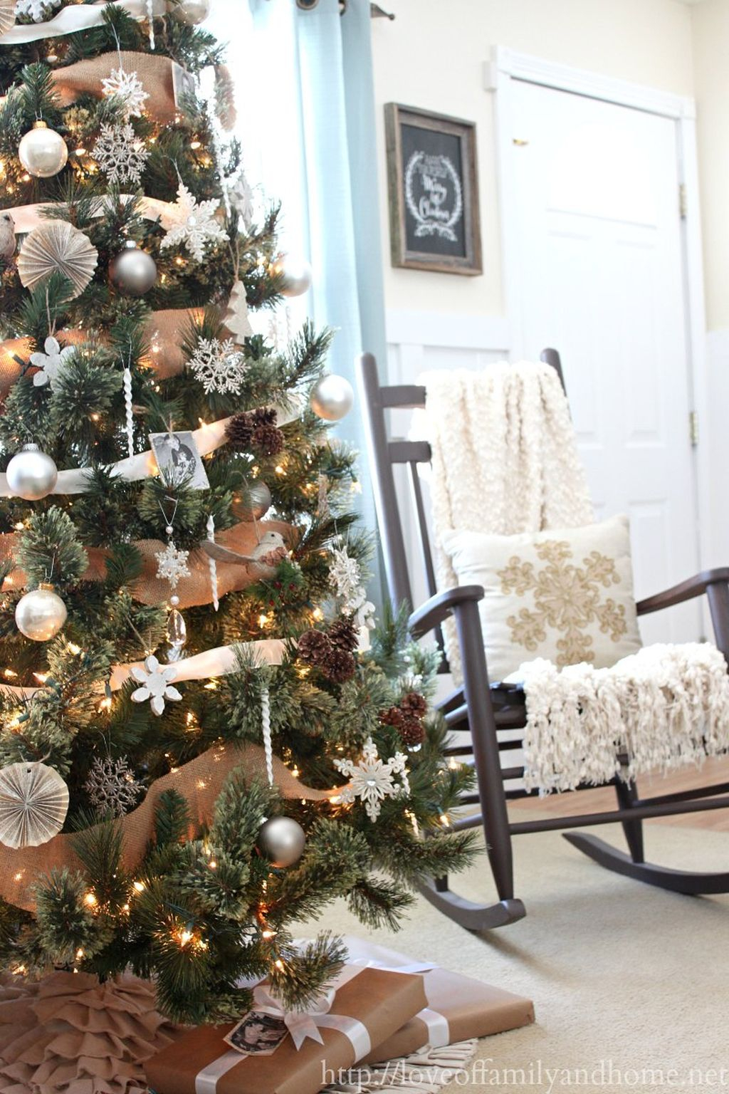 Inspiring Rustic Christmas Tree Decoration Ideas For Cheerful Day 04
