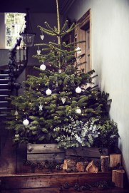 Inspiring Rustic Christmas Tree Decoration Ideas For Cheerful Day 11