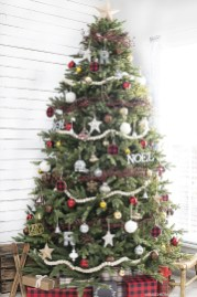 Inspiring Rustic Christmas Tree Decoration Ideas For Cheerful Day 20