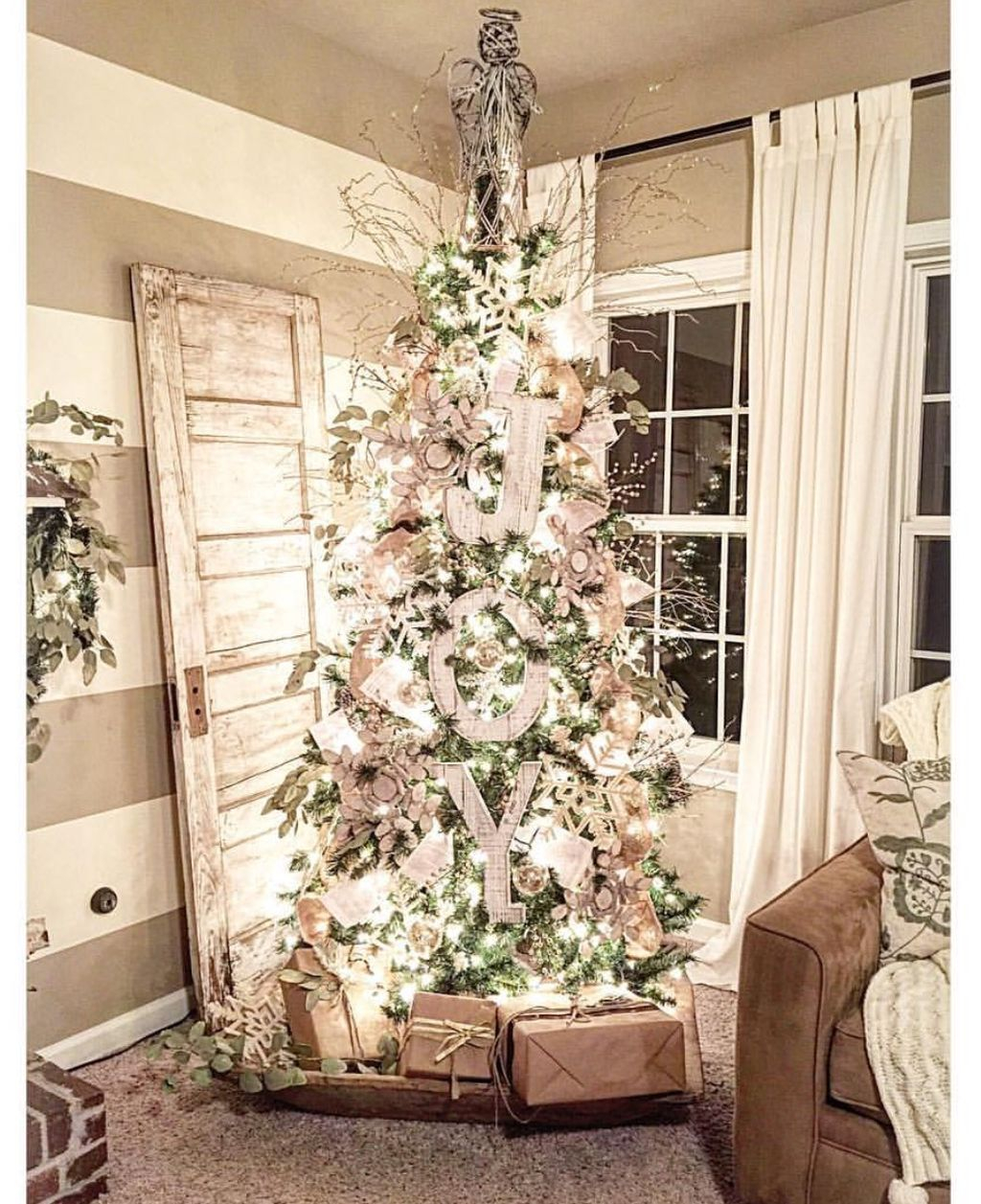 Inspiring Rustic Christmas Tree Decoration Ideas For Cheerful Day 38