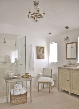 Romantic And Elegant Bathroom Design Ideas With Chandeliers 25
