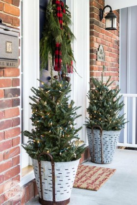 Simple But Beautiful Front Door Christmas Decoration Ideas 24