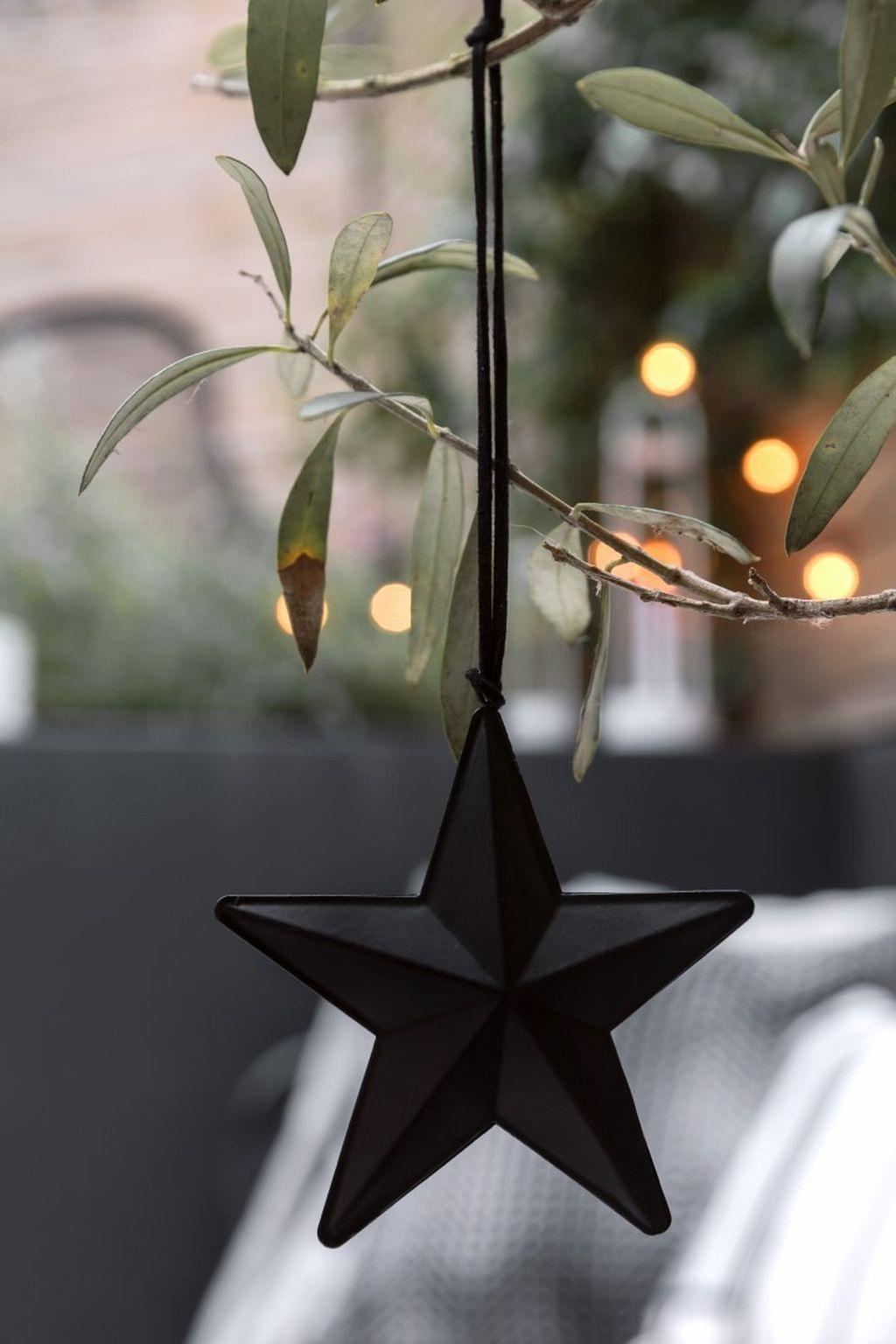 Unique And Unusual Black Christmas Tree Decoration Ideas 07