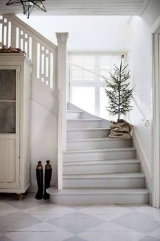 38 Cool And Fun Christmas Stairs Decoration Ideas 08