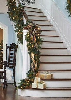 38 Cool And Fun Christmas Stairs Decoration Ideas 21