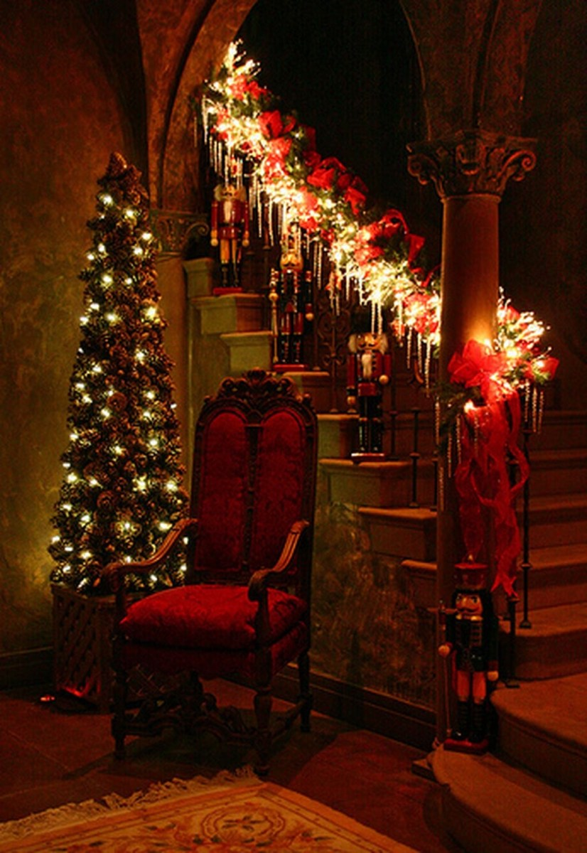38 Cool And Fun Christmas Stairs Decoration Ideas 36