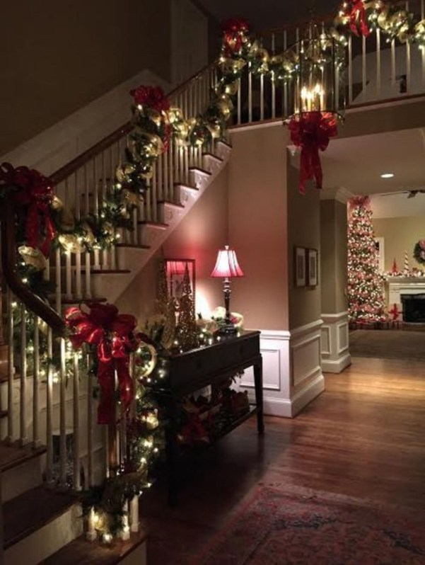38 Cool And Fun Christmas Stairs Decoration Ideas 38