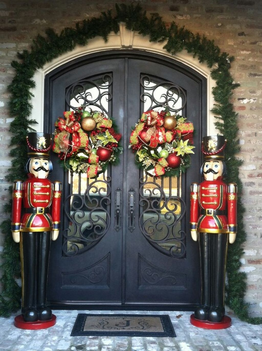 38 Stunning Christmas Front Door Decoration Ideas 08