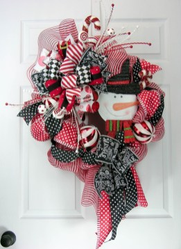 38 Stunning Christmas Front Door Decoration Ideas 19