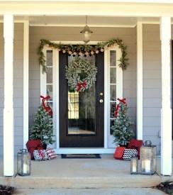 38 Stunning Christmas Front Door Decoration Ideas 33