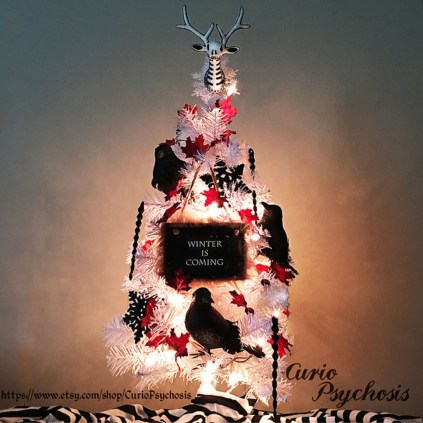 Amazing Gothic Christmas Decoration Ideas To Show Your Holiday Spirit 02