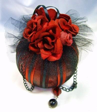 Amazing Gothic Christmas Decoration Ideas To Show Your Holiday Spirit 09