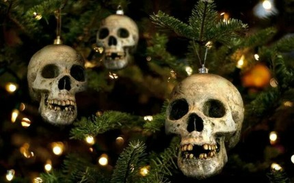 Amazing Gothic Christmas Decoration Ideas To Show Your Holiday Spirit 16