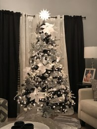 Amazing Gothic Christmas Decoration Ideas To Show Your Holiday Spirit 31