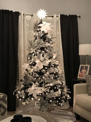 Amazing Gothic Christmas Decoration Ideas To Show Your Holiday Spirit 31