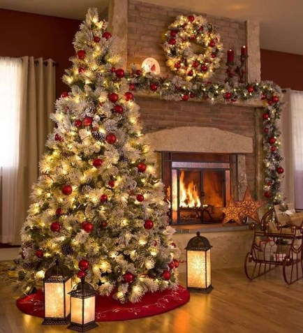 Cute And Colorful Christmas Tree Decoration Ideas To Freshen Up Your Home 25