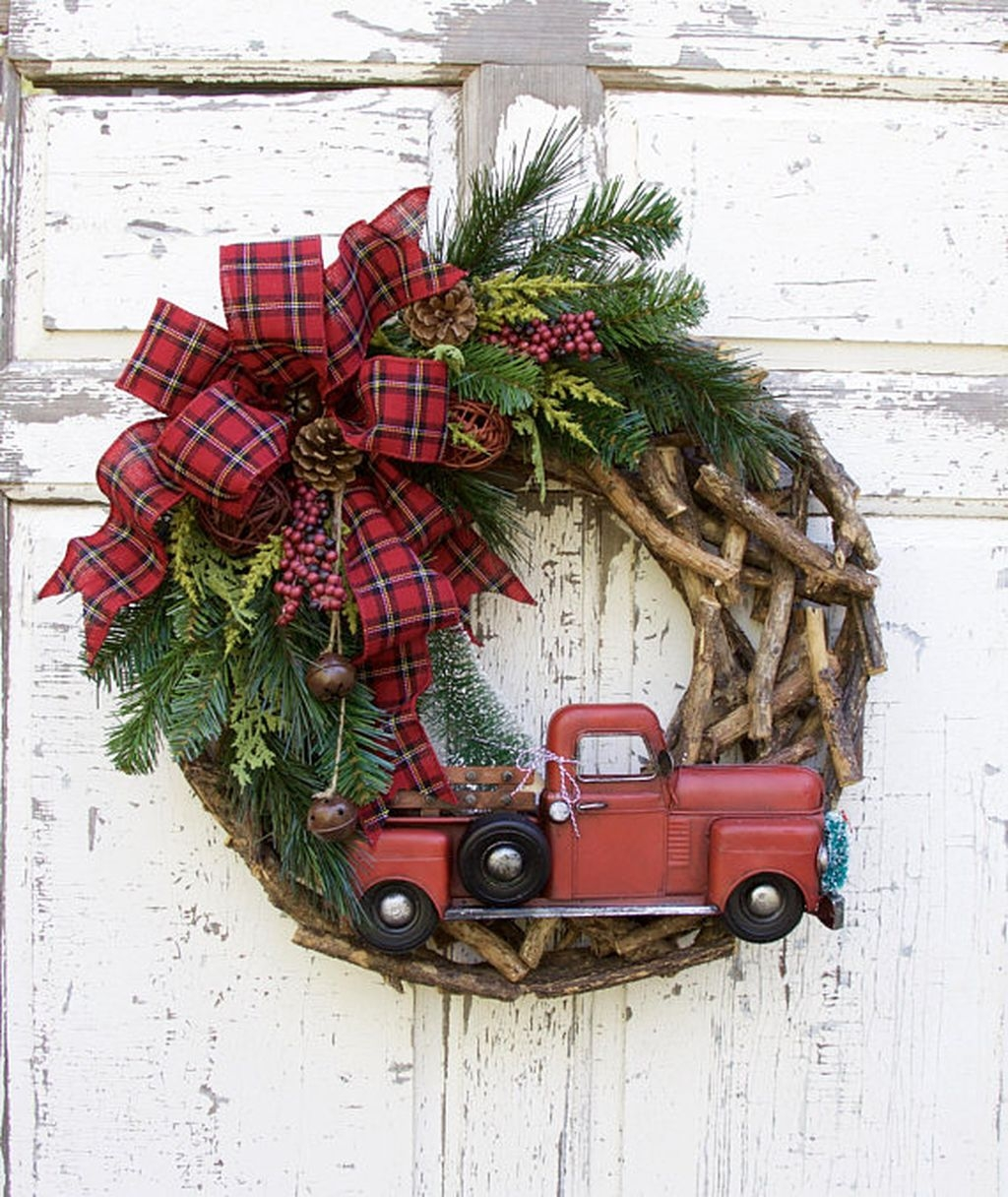 Elegant Rustic Christmas Wreaths Decoration Ideas To Celebrate Your Holiday 33