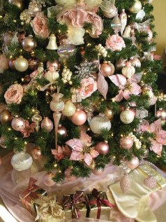 Gorgeous Pink And Gold Christmas Decoration Ideas 17