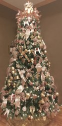 Gorgeous Pink And Gold Christmas Decoration Ideas 20