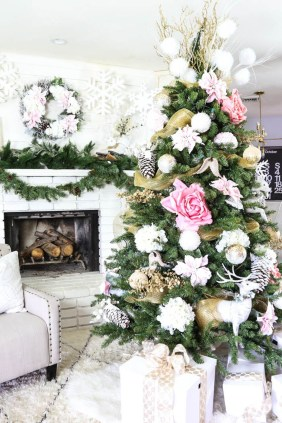 Gorgeous Pink And Gold Christmas Decoration Ideas 40