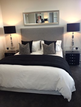 Stunning Black And White Bedroom Decoration Ideas 11