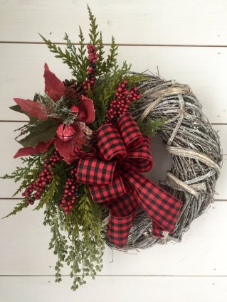 Totally Inspiring Farmhouse Christmas Decoration Ideas To Makes Your Home Stands Out 31
