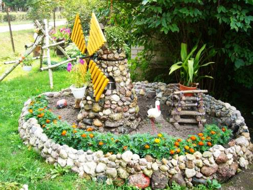 22 Unique Yard Decorations Transforming Backyard Designs