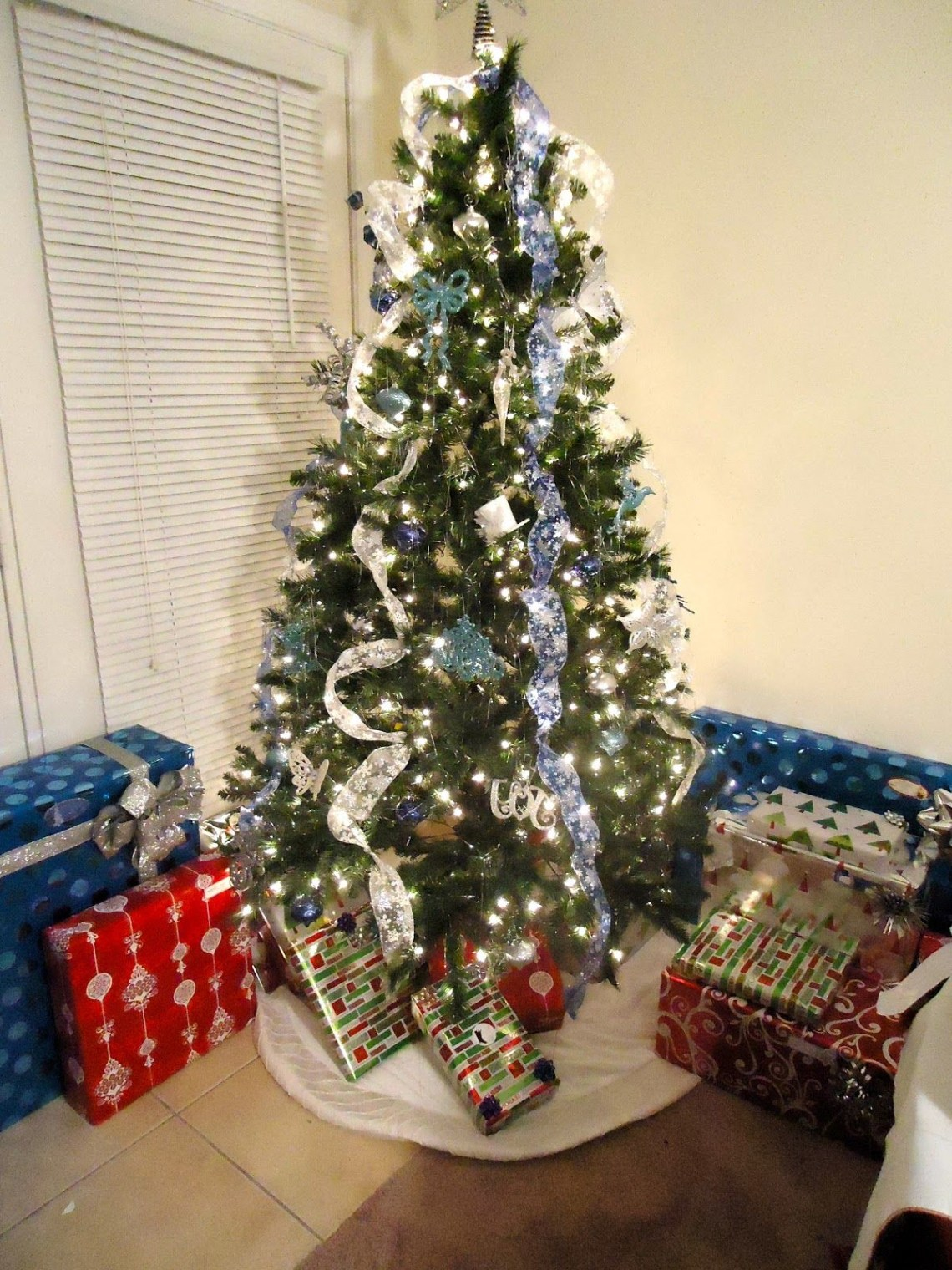 Xmas Tree Decorating Ideas With Cool Glittered Ribbon Tree