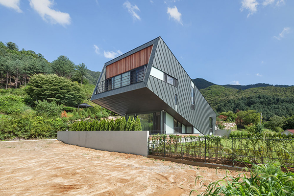 Surprising Zinc Cladded Leaning House in South Korea