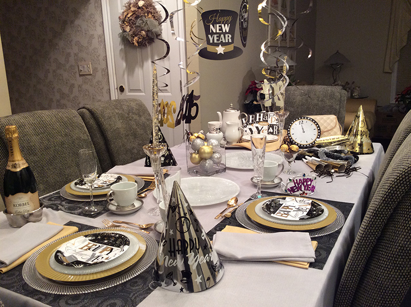 20 Sparkly New Year s Eve Tablescapes   Home Design Lover Mix and Match