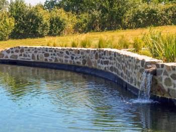 Illustratie: foto van een natuurlijk zwembad aangelegd door Home and Garden Resort.