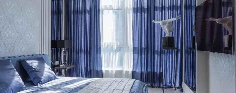 داخل اتاق خواب با پرده آبی