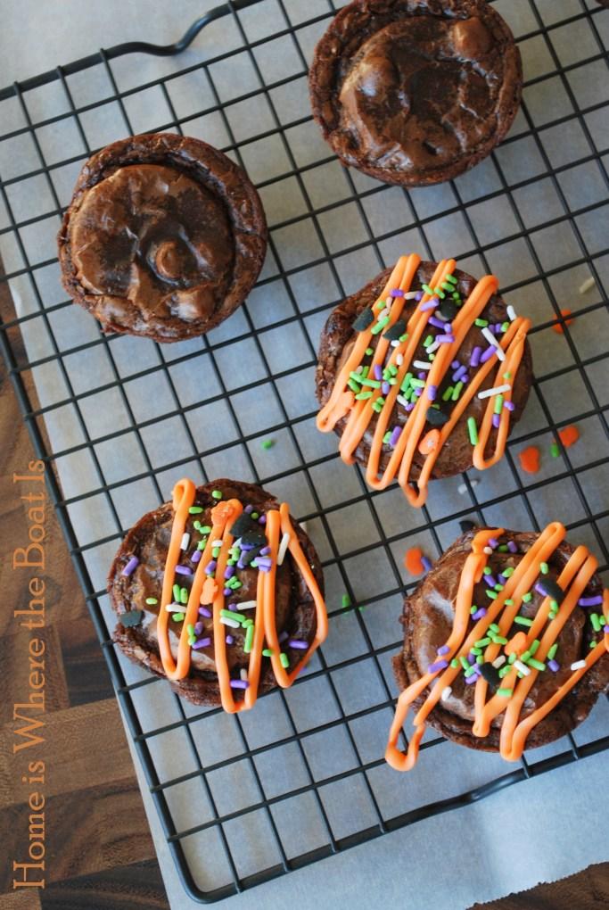 Halloween Oreo Brownies   ©homeiswheretheboatis.net #Halloween #oreo #recipes