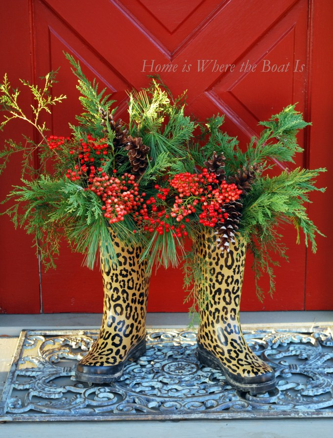 Wellies with berries, greenery and pine cones | ©homeiswheretheboatis.net