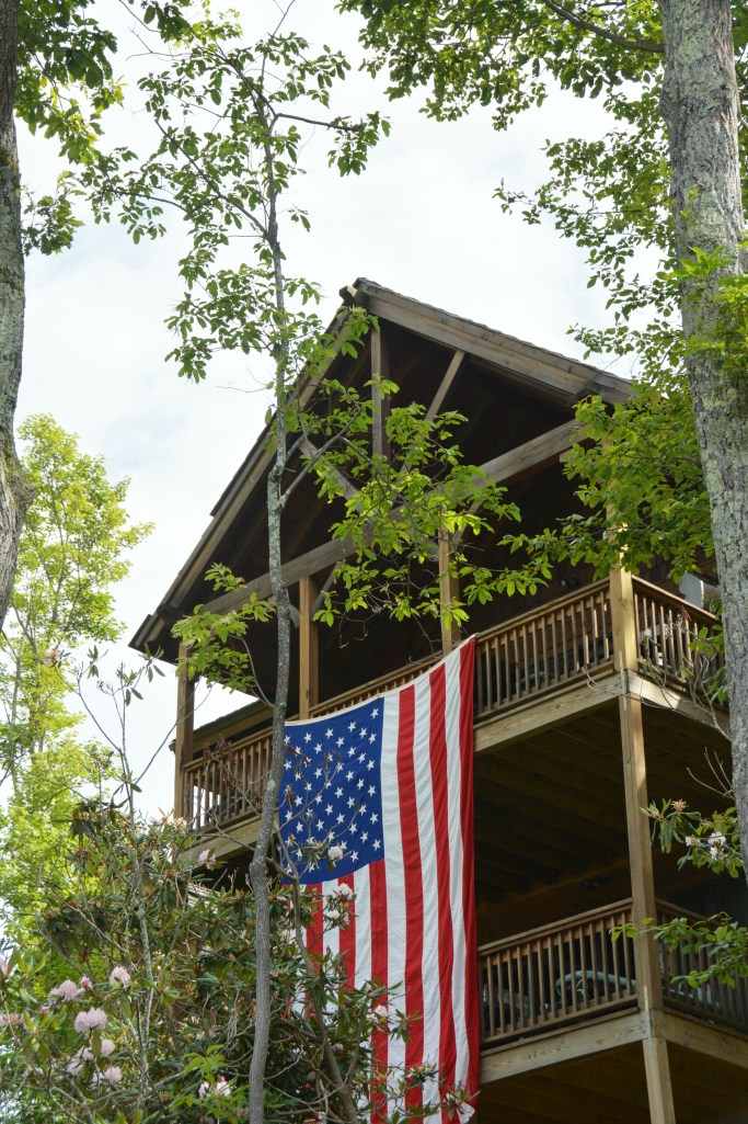 Mountain house with American Flag and A Red, White, and Blue Ridge Getaway | ©homeiswheretheboatis.net #flag