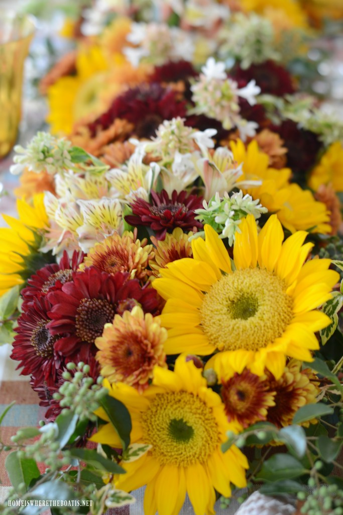 DIY fresh flower table runner | ©homeiswheretheboatis.net #flowers #fall #centerpiece #tablescapes