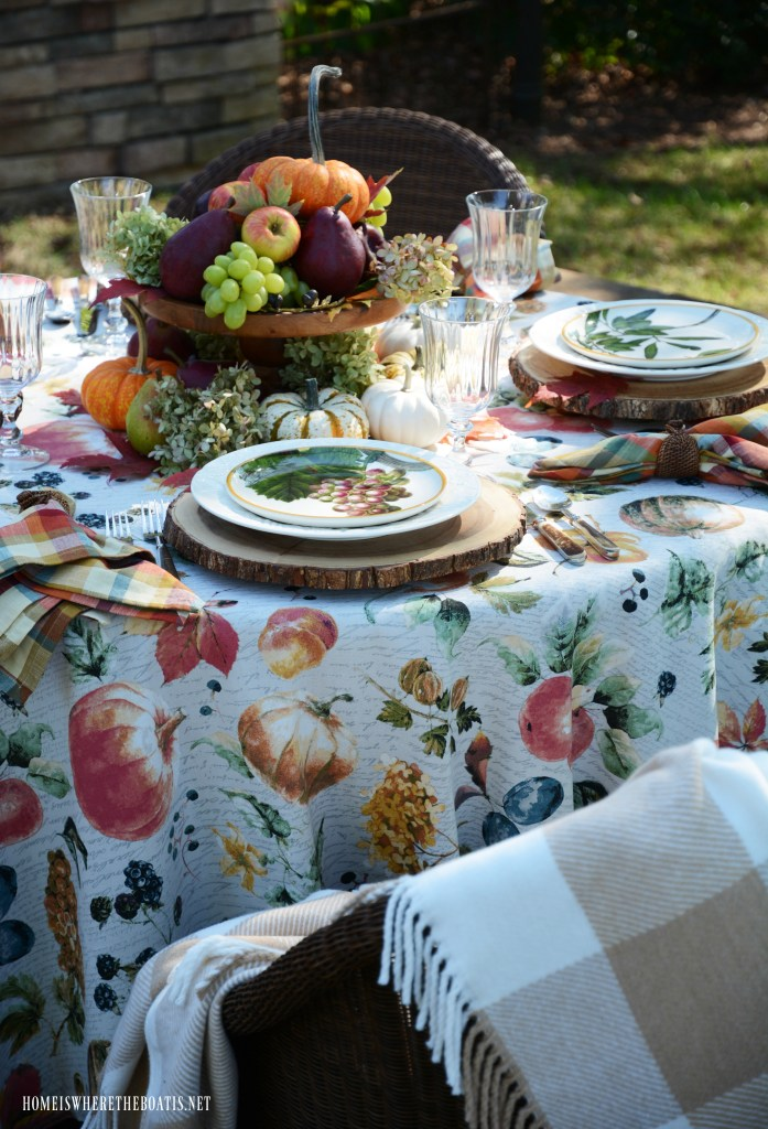 Botanical fall fruits tablescape | ©homeiswheretheboatis.net #tablescapes #fall #fruit #alfresco